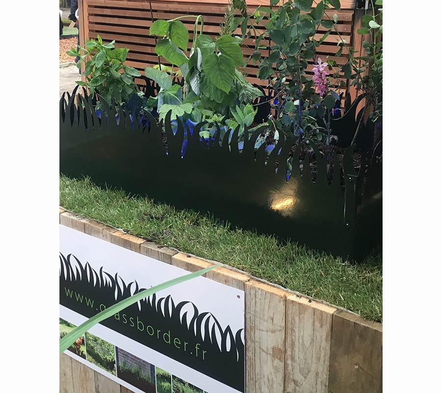 GrassBorder éclairé par un rail de LED rotatif étanche Lumila