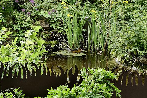 GrassBorder protège les abords d'un point d'eau - Brun sablé